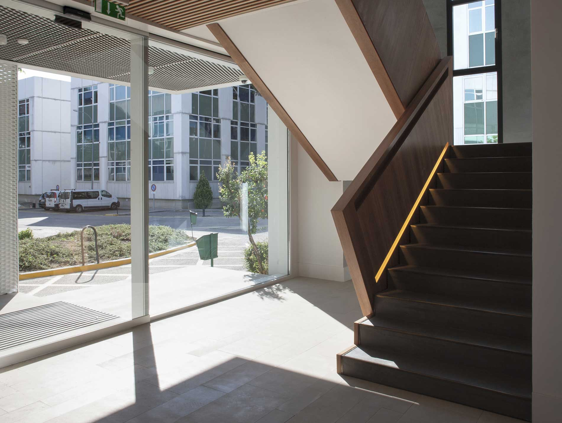 que conectan dotando a las oficinas de la mxima iluminacin natural en cada uno de los espacios de trabajo uclas ventanas se han